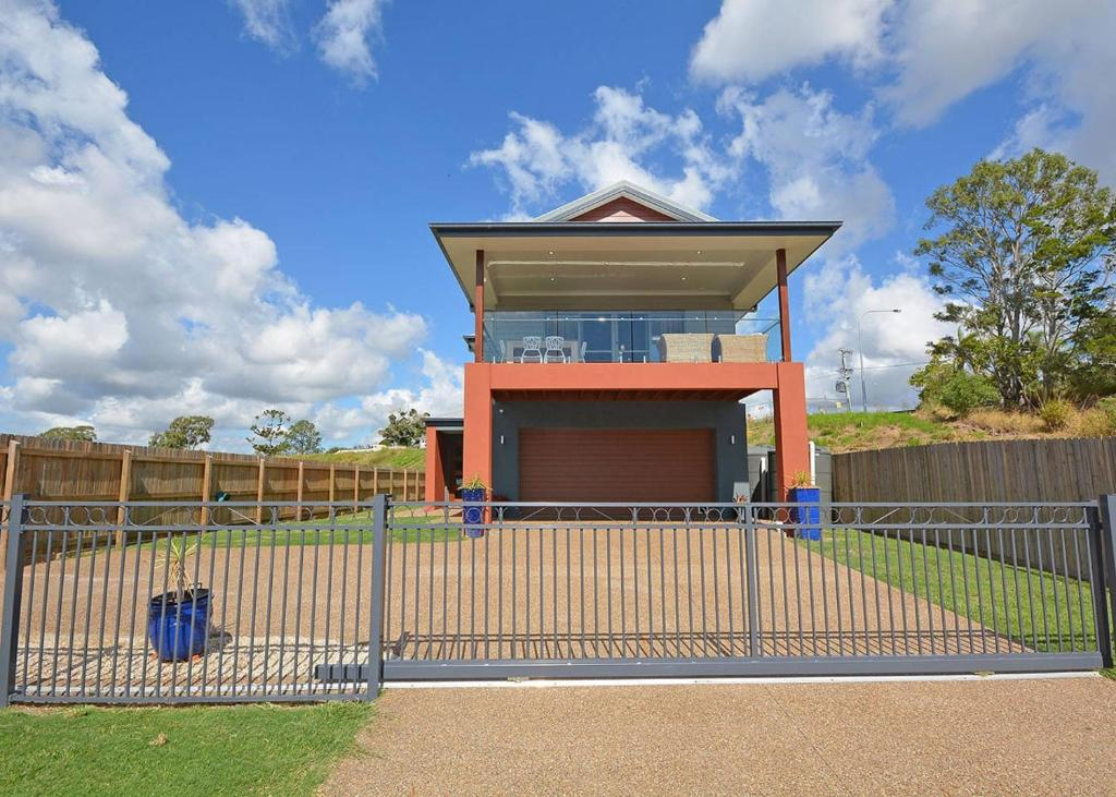 Vacation home two storey beach house hervey bay for Two storey beach house