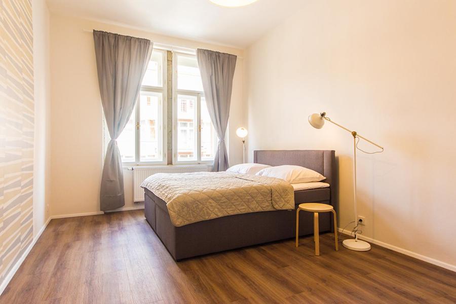 Cama ou camas em um quarto em Mighty Prague Apartments Stepanska