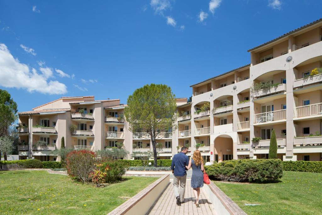 R sidence les grands pins gr oux les bains france for Hotel avec garage moto