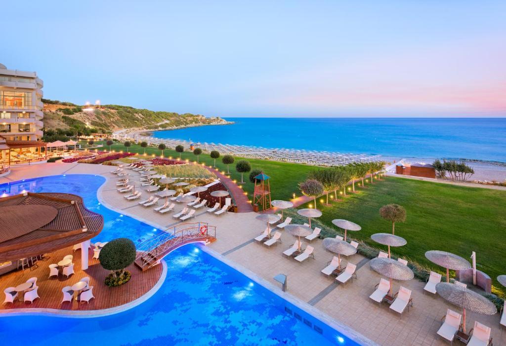 נוף של הבריכה ב-Elysium Resort & Spa או בסביבה