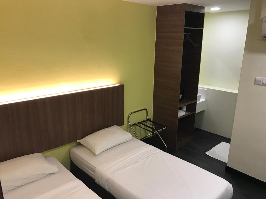 מיטה או מיטות בחדר ב-Golden Royal Hotel