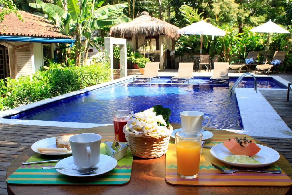 A piscina localizada em Pousada Canto do Camburi ou nos arredores
