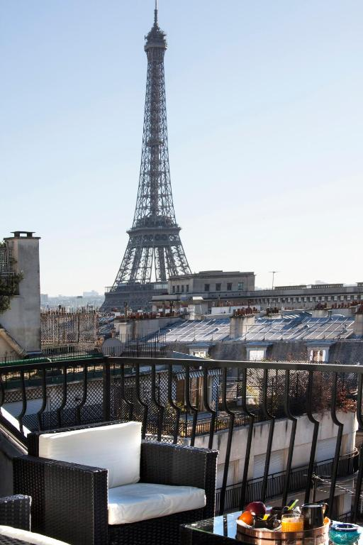 Apartment eiffel tower view time right paris france for Booking paris hotel