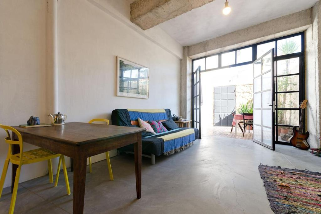 stylish art house palmeti hotel in heraklion. Black Bedroom Furniture Sets. Home Design Ideas