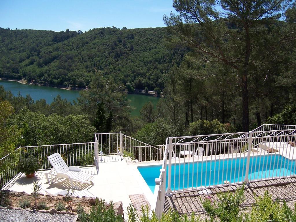 Villa avec piscine au bord du lac carc s frankreich for Piscine du lac