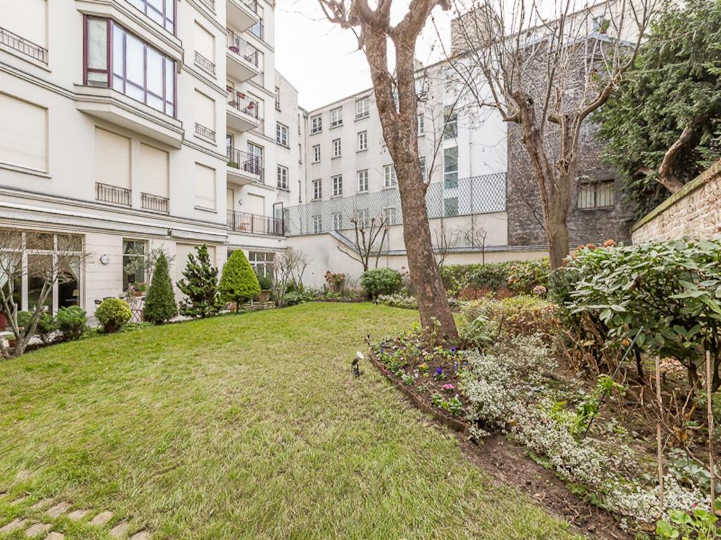 Apartment cherche midi 360 view paris france for Cherche hotel