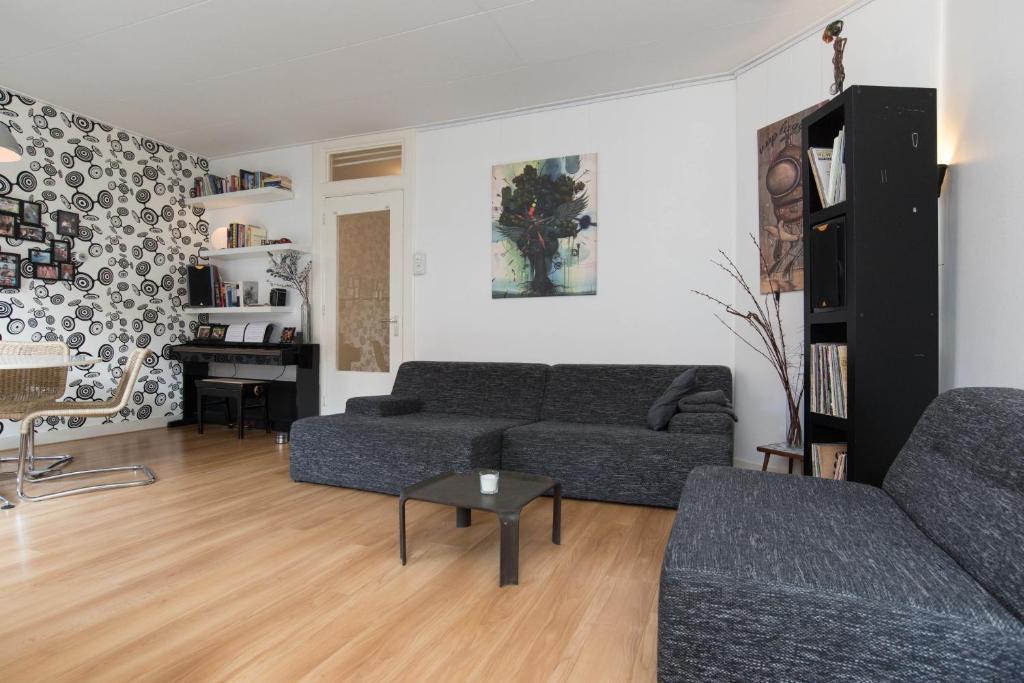 Uma área de estar em Deluxe City Apartment