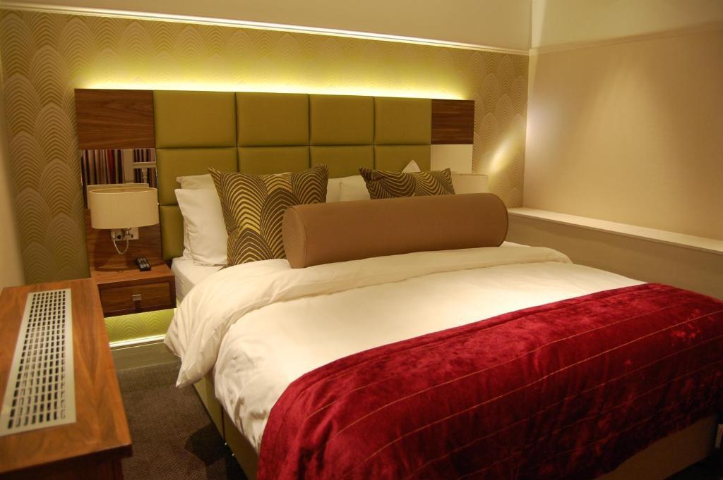 Cama ou camas em um quarto em Best Western Mornington Hotel Hyde Park