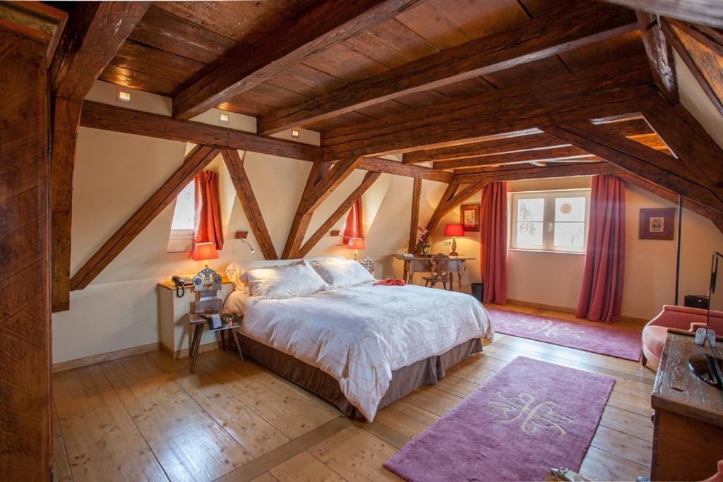 Una cama o camas en una habitación de Hôtel & Spa Le Bouclier D'or
