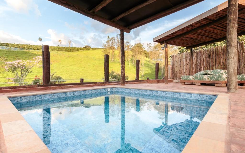 A piscina localizada em Chalés Santa Catarina ou nos arredores