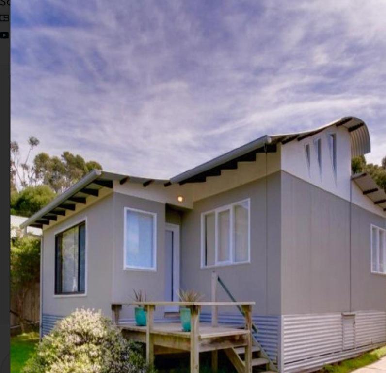 <div data-et-view=NAFQCDCcdXDPdFO:1</div Beach House Getaway 1
