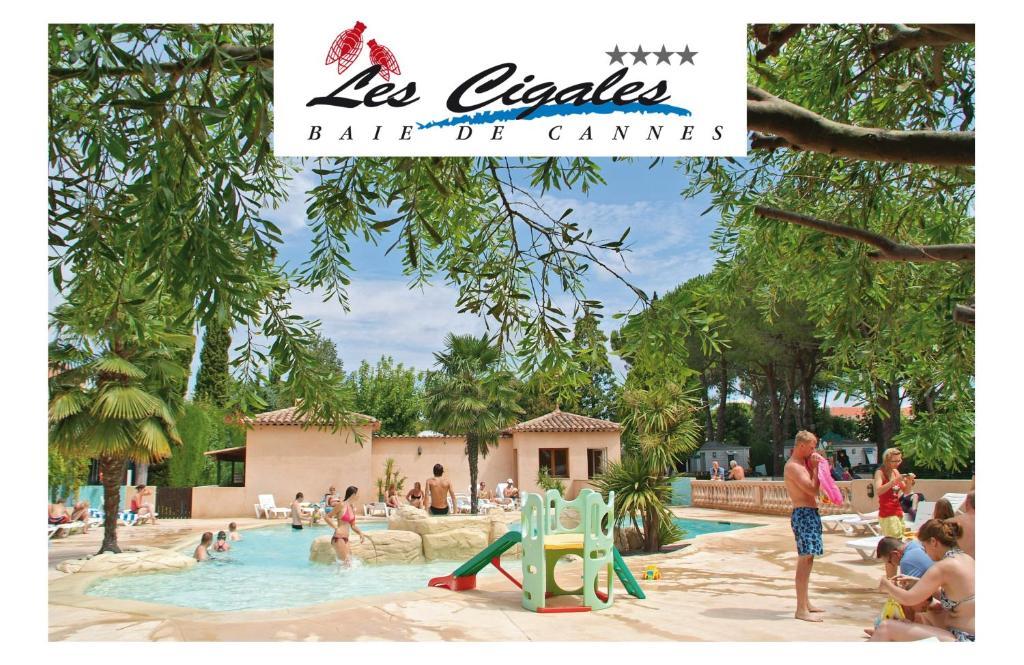 المسبح في Camping Les Cigales أو بالجوار