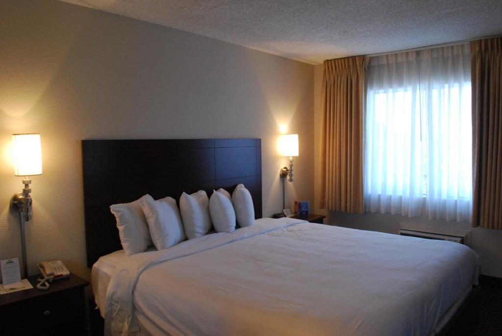 Una cama o camas en una habitación de Days Inn by Wyndham Las Vegas Wild Wild West Gambling Hall