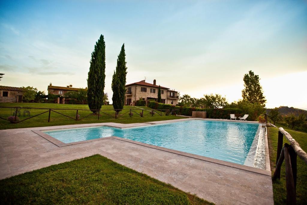 A piscina localizada em Agriturismo Fattoria Voltrona ou nos arredores
