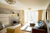 Cosy & Bright 3 Bed Apartment w/ Private Balcony