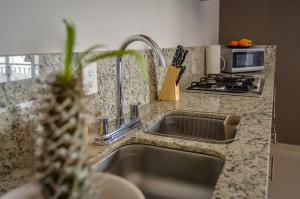 A cozinha ou cozinha compacta de Amplio condominio de lujo cerca de la playa