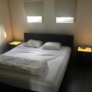 Giường trong phòng chung tại Vissershuisjes Wenduine