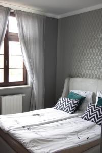 سرير أو أسرّة في غرفة في Apartament Nad Jeziorem Dlugim