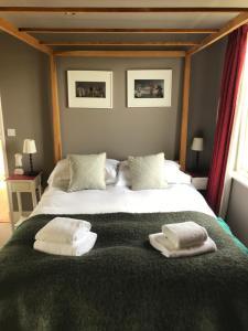 Una cama o camas en una habitación de The Vineyard House