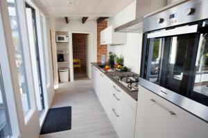 Una cocina o kitchenette en Aan Noordzee Bungalow de Luxe