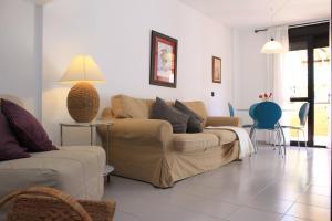 Un lugar para sentarse en Duplex beach, 2 bedrooms, terrace & pool