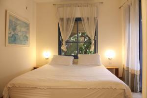מיטה או מיטות בחדר ב-Bar Bakfar