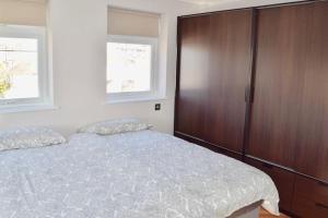 מיטה או מיטות בחדר ב-Large, Bright & Modern Apartment (HA4)