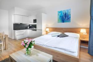 Cama ou camas em um quarto em DownTown Suites Belohorska