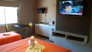 Una televisión o centro de entretenimiento en Aparts Piscu Yaco Almendros
