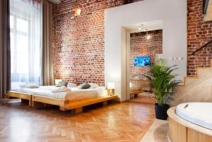 Una cama o camas en una habitación de Aparthotel Stare Miasto