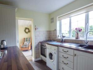 A cozinha ou cozinha compacta de Hillside Cottage, Leiston