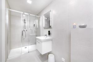 Um banheiro em DownTown Suites Belohorska