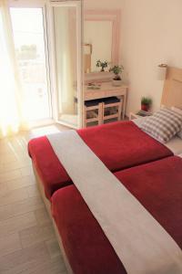 سرير أو أسرّة في غرفة في Sappho Plomari