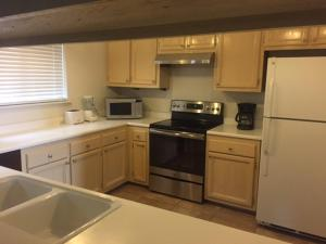 Una cocina o kitchenette en Home Near Heavenly