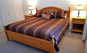 Una cama o camas en una habitación de Home Near Heavenly