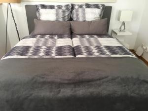 Una cama o camas en una habitación de All Inn Apartment Cologne