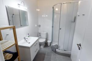 Um banheiro em Modern Romantic Apartment close to Castle