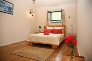 מיטה או מיטות בחדר ב-נווה נוף