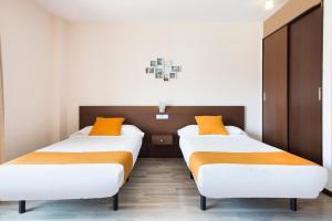 מיטה או מיטות בחדר ב-Ginosi Basics Centric Apartel
