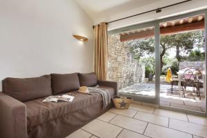 Uma área de estar em Résidence Prestige Odalys La Bastide des Chênes