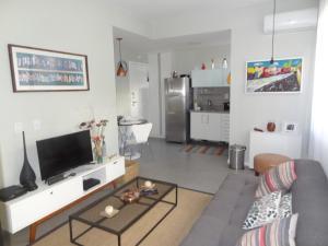 A cozinha ou cozinha compacta de LOFT aconchegante e agradavel