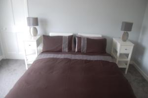 מיטה או מיטות בחדר ב-elegant apartment in knightswood area of glasgow