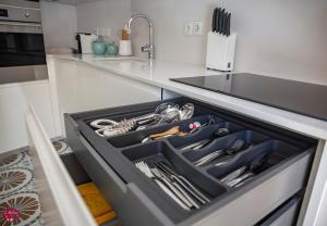 Una cocina o kitchenette en L'atelier Apartments (Poesia)