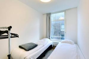 מיטה או מיטות בחדר ב-Luxurious Canalview Apt NO.3 CITY CENTRE