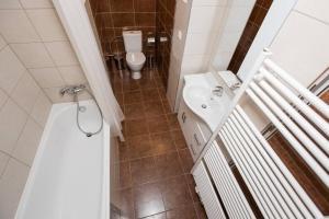 Um banheiro em Calm Vinohrady apartment 5 minutes from the centre