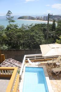 Uma vista da piscina em BellaVistaCaraguatatuba ou nos arredores