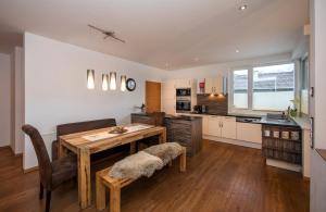 مطبخ أو مطبخ صغير في شقة ليفينغ شونفيس