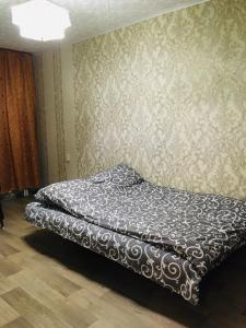 سرير أو أسرّة في غرفة في Apartment on Koshevogo 25a