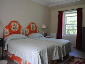 Giường trong phòng chung tại Old School House