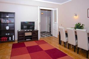 Uma TV ou centro de entretenimento em Riverdale Residence